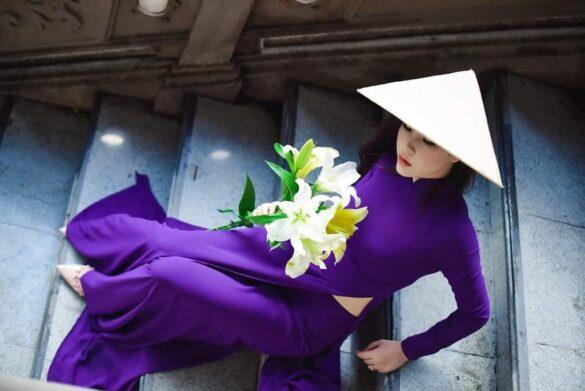 Áo dài và hoa loa kèn