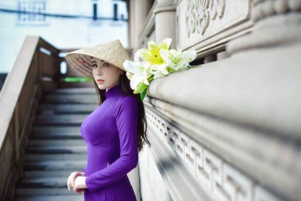 Nữ sinh mặc áo dài và hoa loa kèn đẹp