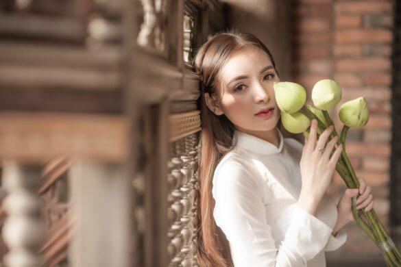 Ảnh con gái Việt mặc áo dài trắng và hoa sen